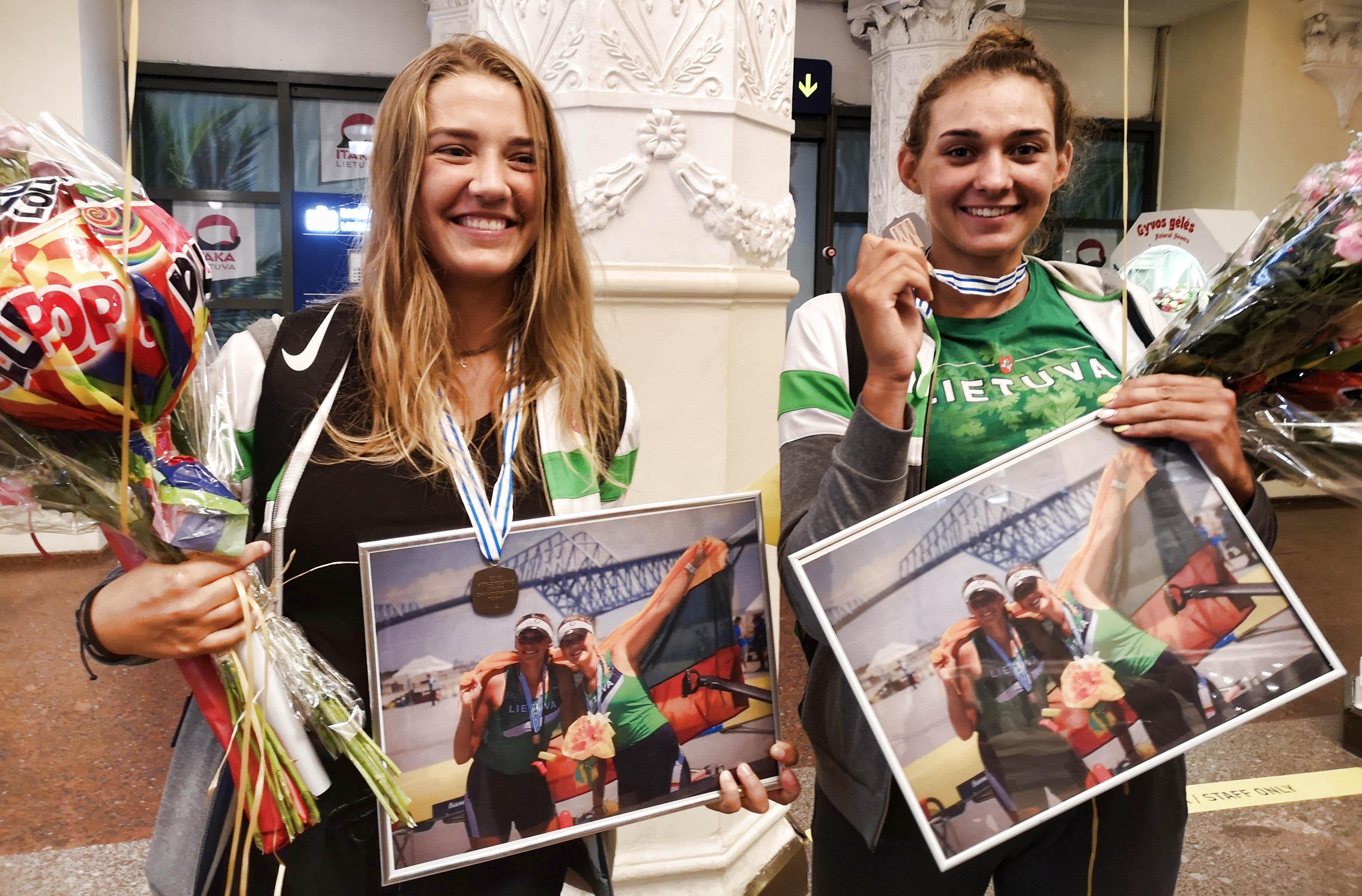 Su bronzos medaliais grįžusios jaunosios irkluotojos: tai beprotiškai nuostabus jausmas!